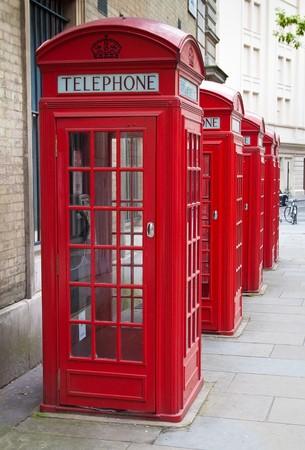 cabina telefono: Un grupo de t�picos cabinas de tel�fono rojos de Londres