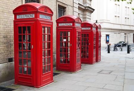 cabina telefonica: Un grupo de t�picos cabinas de tel�fono rojos de Londres