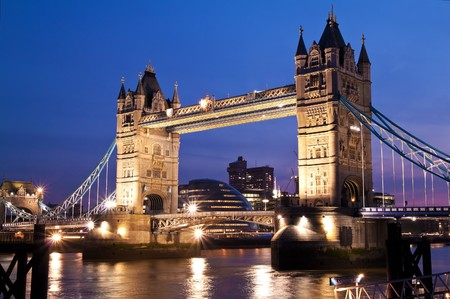 suspension bridge: Night view of the London Bridge and the river Thames