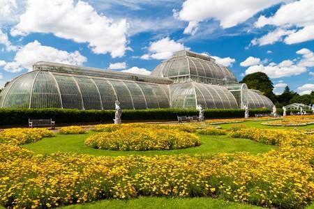 아름 다운 여름날 런던의 큐 정원에서 온실
