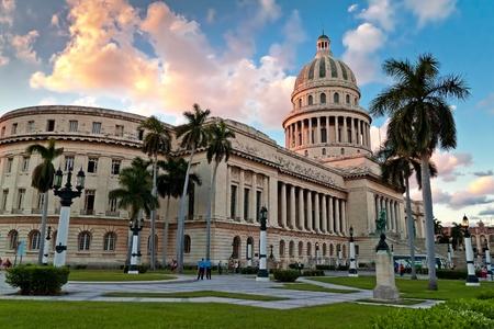 La Habana-noviembre 16:People en los jardines del Capitolio el 16 de noviembre de 2010 en Havana.This art nouveau con su cúpula distintivo es un icono de la ciudad y una gran atracción turística Foto de archivo