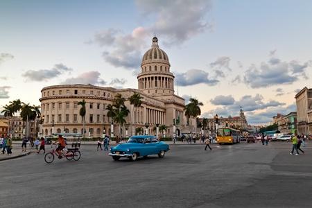 La Habana-noviembre 10:People y tráfico del edificio el 10 de noviembre de 2010 en Havana.With su cúpula distintivo de este edificio modernista masiva del Capitolio es un icono de la ciudad caribeña