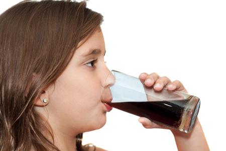 sorbo: Hermosa ni�a bebiendo un refresco aislados en un fondo blanco