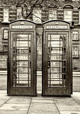 cabina telefonica: Imagen blanco y negro de dos cabinas de tel�fono tradicionales Londres Foto de archivo