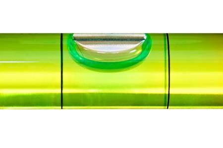 alineaci�n: Nivel de burbuja verde aislado en un fondo blanco con trazado de recorte