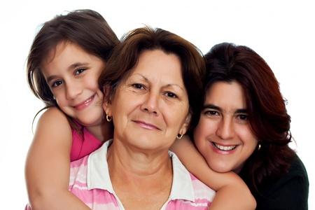 Abuela Latina, la hija y la hija sonriente sobre un fondo blanco Foto de archivo