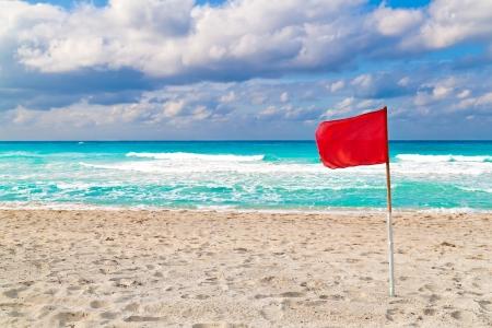 achtung schild: Rote Warnung Flagge auf einem st�rmischen Strand