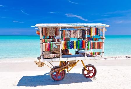 Cesta de souvenirs típicos de la hermosa playa cubana de Varadero