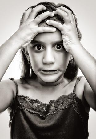 personne en colere: Image dramatique d'une jeune fille latine avec un visage en col�re et d�sesp�r�s