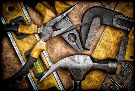 herramientas de carpinteria: Sucia conjunto de herramientas de mano en un panel de madera Foto de archivo