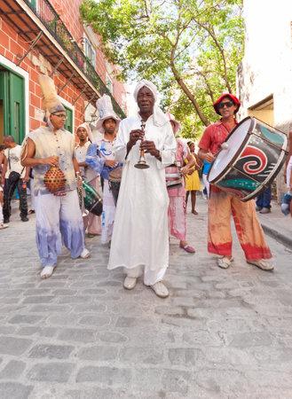 danza africana: LA HABANA, 04 de junio: Los músicos de La Habana Vieja junio 4,2011 en artistas Havana.Street que realizan en la ciudad colonial de ayudar a dar a esta zona de la atmósfera colorida que atrae a más de 1 millón de turistas al año