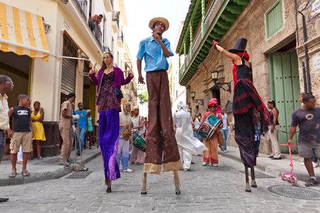 HAVANA-JUNI 4: Stilt dansers in Oud Havana juni 4,2011 in Havana.Artists presteren in de koloniale stad helpen om het gebied te geven de kleurrijke sfeer die meer dan 1 miljoen toeristen per jaar trekt
