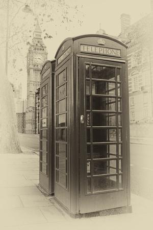 cabina telefono: Vintage imagen sepia de dos cabinas de tel�fono de Londres con el Big Ben en segundo plano