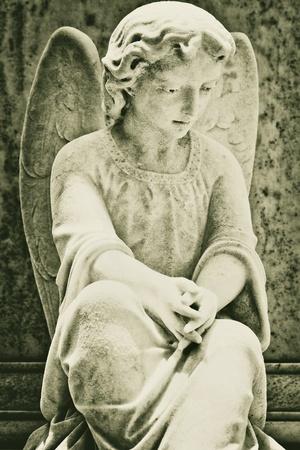 christian angel: Antigua estatua de un �ngel muy triste