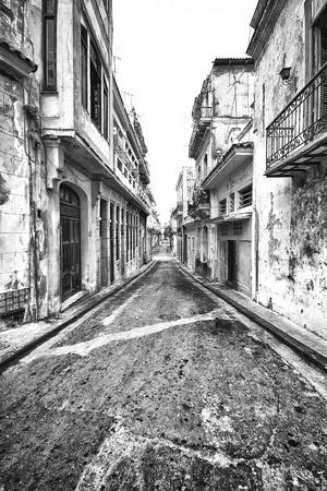 casa colonial: Grunge monocromática imagen de un conjunto de edificios en descomposición en La Habana Vieja