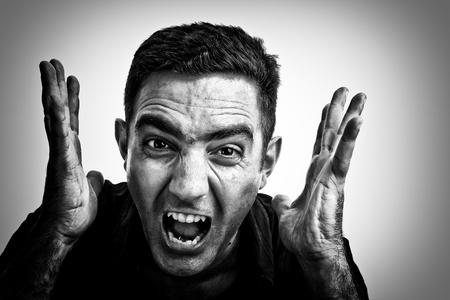 faccia disperata: Drammatica immagine bianco e nero di un uomo urlare con una faccia violenta o disperata Archivio Fotografico
