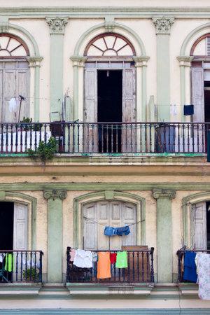 balcony door: Balcones en un antiguo edificio en la Habana
