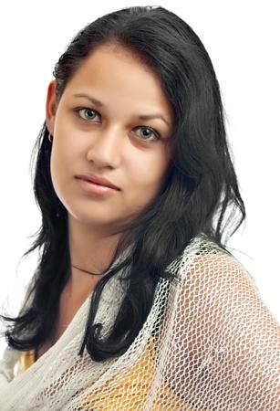 fille arabe: Portrait d'une jeune fille latine avec de beaux yeux verts isol� sur un fond blanc
