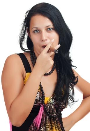 cigarro: Mujer joven latino fumando un cigarro cubano aislado en un fondo blanco