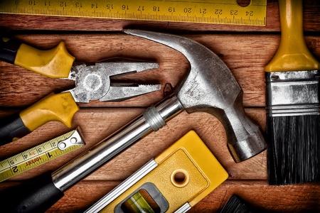 falegname: Set di strumenti su pannelli di legno Archivio Fotografico
