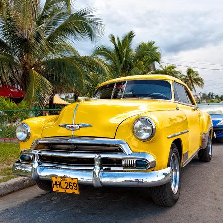 coche antiguo: Un coche antiguo americano en La Habana