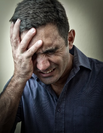 male headache: Grunge imagen de un hombre en el dolor
