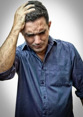 homme inquiet: Image de grunge d'un homme tr�s stress�