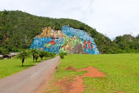 prehistoria: El Mural de la Prehistoria en el valle de Vi�ales de Cuba Foto de archivo