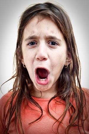 boca abierta: La imagen emocional de una niña gritando aislados en blanco