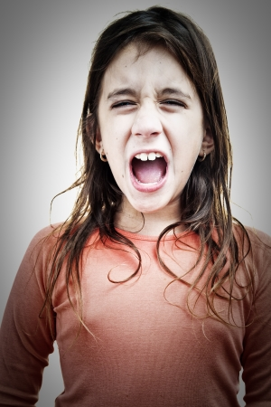 boca abierta: Chica muy enojada gritando