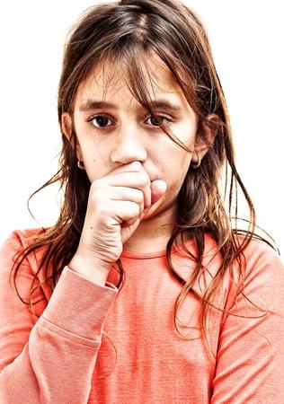tosiendo: Tos Pequeña niña aislado en un fondo blanco