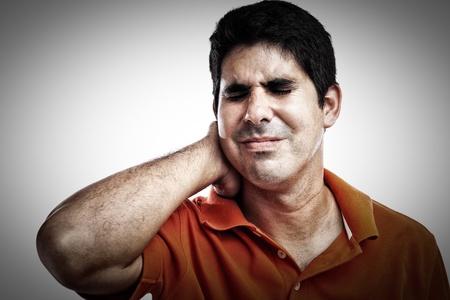 dolor: Hombre hispanos que sufren de dolor en el cuello y la espalda