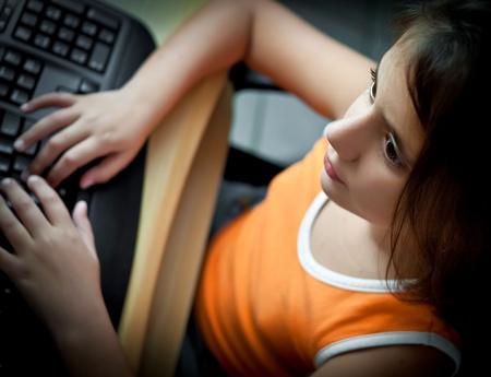 ni�os jugando videojuegos: Ni�a a trabajar con una computadora en casa
