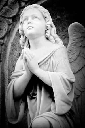 angeles bebe: Hermoso ángel de mármol en una antigua iglesia gótica Foto de archivo