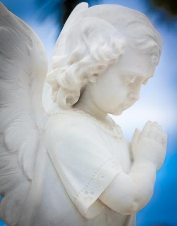 ange gardien: Statue d'ange des enfants avec un fond de ciel bleu