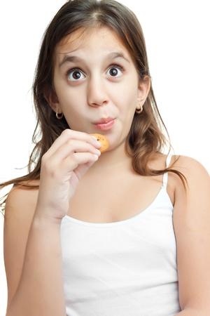 poco: Chica latina de comer una galleta de chocolate chips de aislados en blanco
