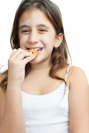 poco: Hermosa chica latina comer una galleta de chocolate chips de aislados en blanco Foto de archivo