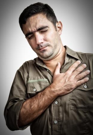 dolor en el pecho: Grunge imagen de un hombre con dolor de pecho o un ataque al coraz�n