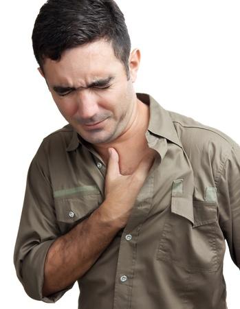 ataque cardiaco: Hombre hispano con un dolor en el pecho aislado en un fondo blanco