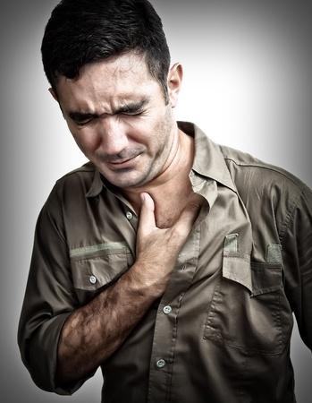 enfermedades del corazon: Grunge imagen de un hombre que tiene un dolor de pecho o ataque al coraz�n