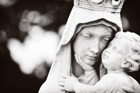 virgen maria: Imagen monocrom�tica de la Virgen Mar�a llevando al Ni�o Jes�s Foto de archivo