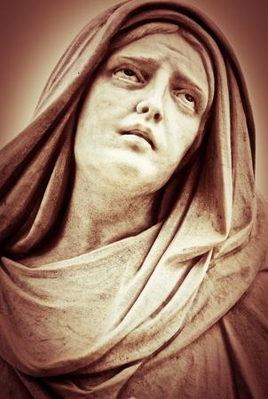 Cier: Vintage sepia obraz cierpiącego posągu kobiety religijnej