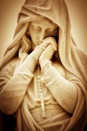 vierge marie: Vintage image s�pia d'une femme souffrant religieuse avec un crucifix Banque d'images
