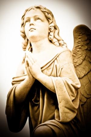 angeles bebe: Bella imagen del vintage de un ángel rezando en tonos sepia Foto de archivo