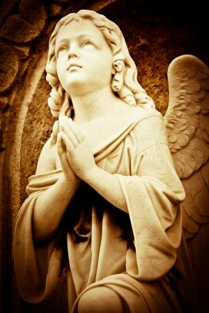 ange gardien: Belle image de cru d'un ange priant dans les tons s�pia