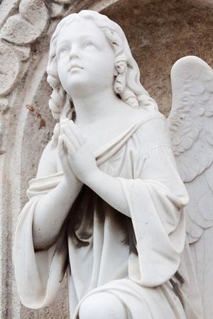 ange gardien: Ancienne statue d'un ange prier