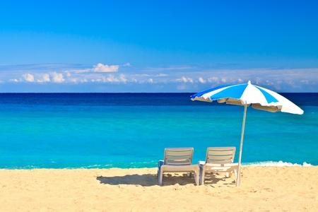 silla: Las sillas y sombrilla en la playa cubana de Varadero con un cielo azul claro útiles para agregar texto Foto de archivo