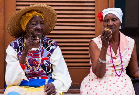 LA HABANA, 26 de febrero de mujeres en trajes típicos febrero 26,2012 en La Habana con el crecimiento del turismo extranjero la gente como estos, que trabajan para consejos, se ganan la vida haciéndose pasar por los caracteres tradicionales cubanos Foto de archivo - 12735007
