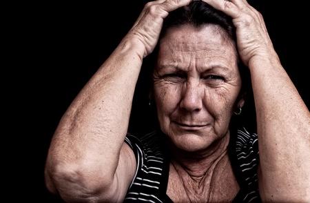 desorden: Grunge retrato de una anciana que sufre de un dolor de cabeza con una expresi�n desesperada