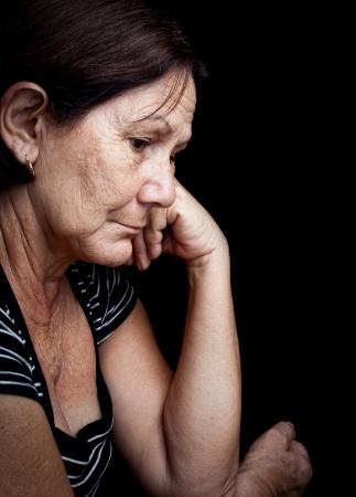 Cier: Portret poważne starÄ… kobietÄ™ z zmartwionÄ… wypowiedzi odizolowane na czarno Zdjęcie Seryjne